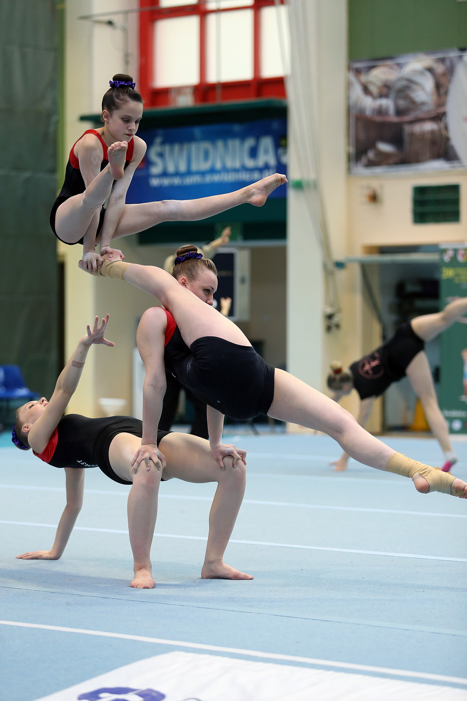 akrobatki w czasie wykonywania ćwiczenia gimnastycznego