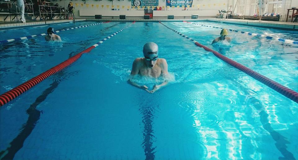 Pływak podczas pływu stylem klasycznym