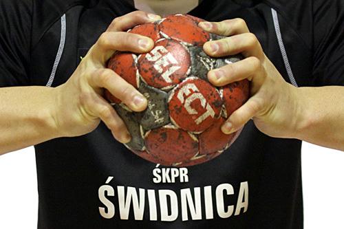 zawodnik ŚKPR trzymający piłkę