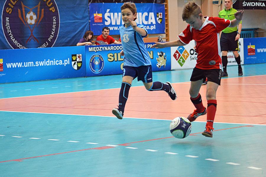młodzi piłkarze podczas meczu na Silesian winter cup