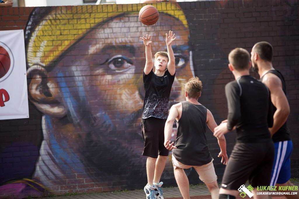 koszykarz podczas wykonywnia rzutu