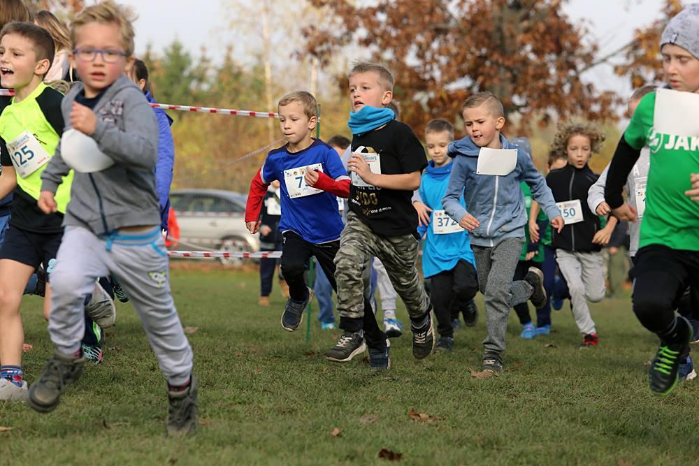 rywalizacja dzieci w biegu