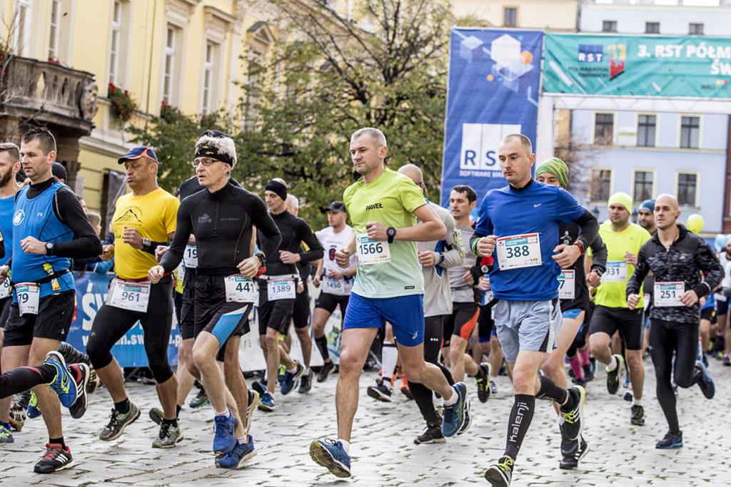 sportowcy podczas 3 RST Półmaratonu Świdnickiego
