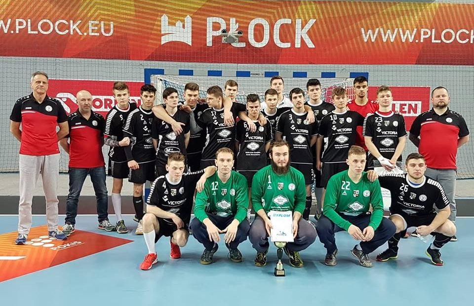 Dróżyna młodzieżowa ŚKPR pozująca do zdjęcia grupowego z trofeum