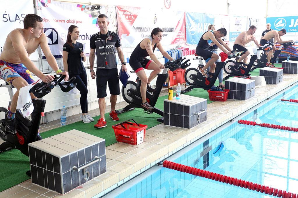 triathloniści podczas jazdy na rowerze stacjonarnym