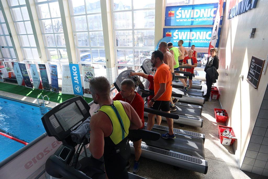 triathloniści podczas biegu na bieżni stacjonarnej