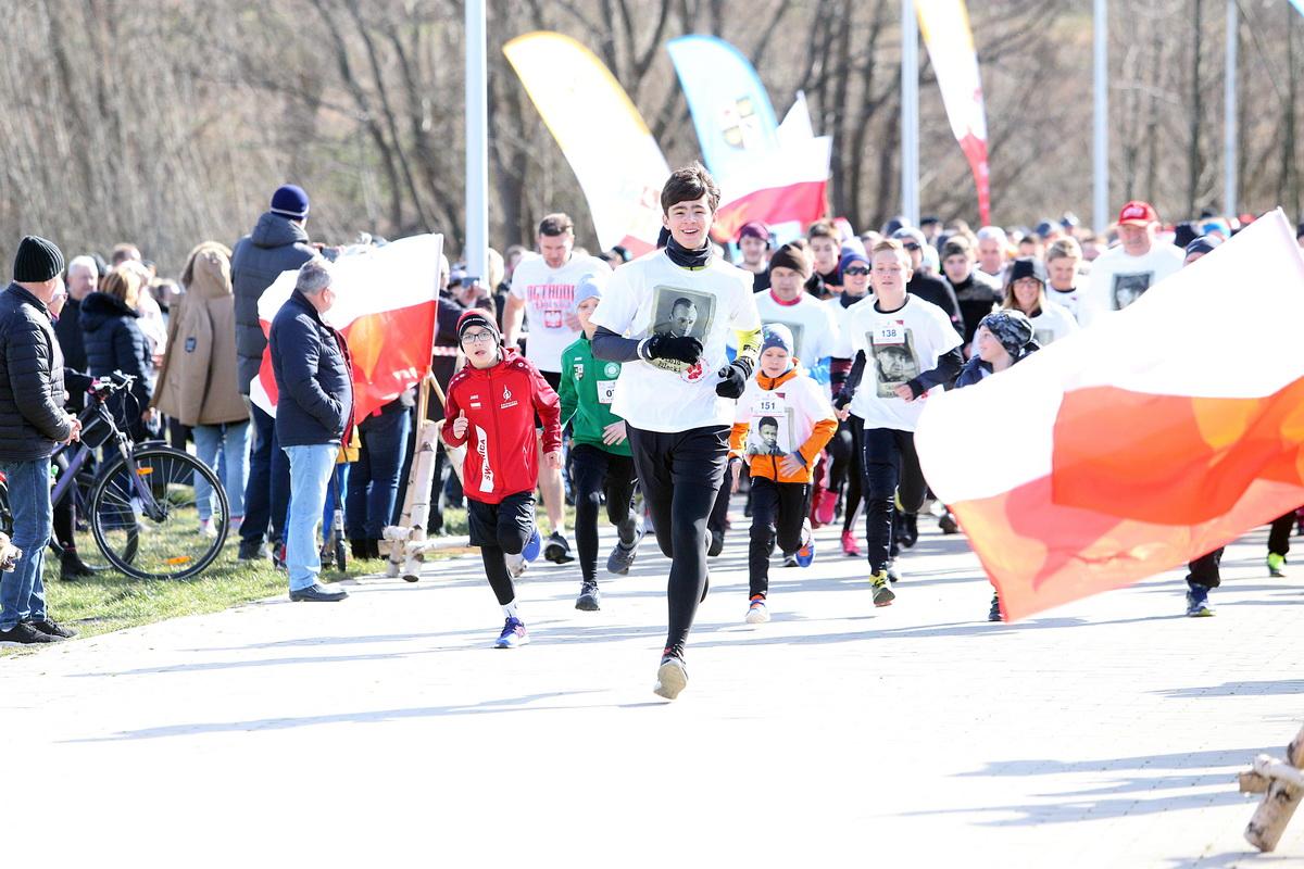biegacze w trakcier biegu